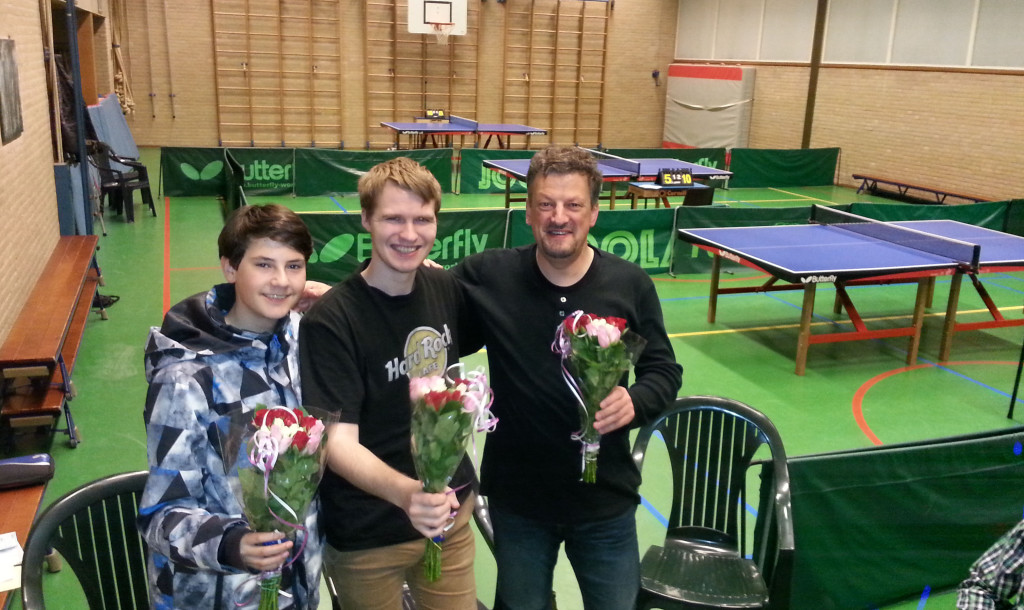 Het kampioenstrio in de bloemetjes. Vlnr.Mika Baert, Robin Verboom, FRans Rijn.